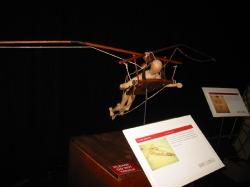 Модель летающей машины с системой взмаха крыла